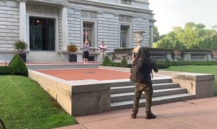 美國夫婦持槍和抗議者對峙(視頻)