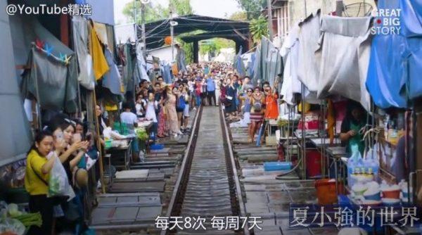 泰國最大的農產品市場內,有一條「最危險的鐵路」從中橫穿而過(視頻)