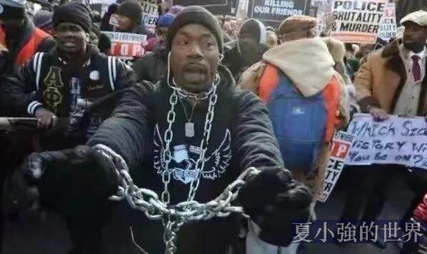 法國白人懵了!巴黎黑人大遊行,要求把白人趕出巴黎!