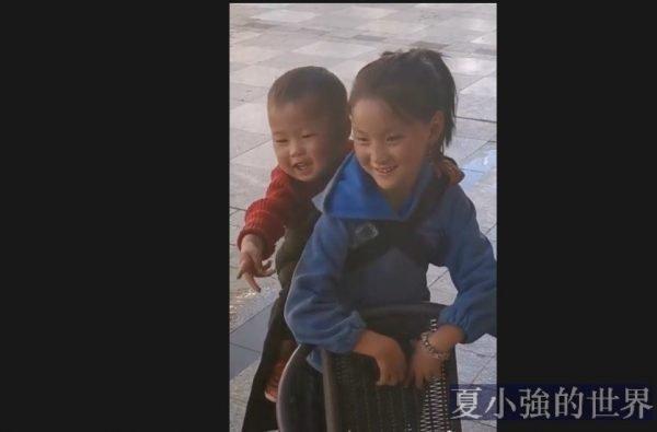 路上遇到背著弟弟的小女孩,看着心酸(视频)