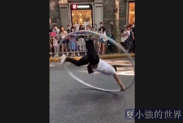 小伙子街頭表演「醉酒鐵環」,旁邊的老外都驚呆了(視頻)
