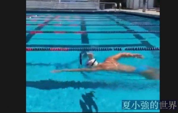 萊德基頭頂一滿杯牛奶游泳,一滴不灑游完一個50米單程(視頻)