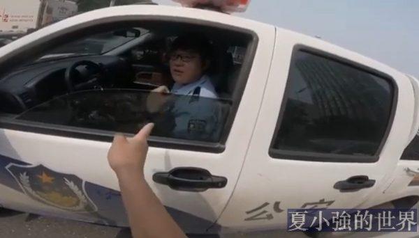 太牛了!教警察交通規則(視頻)