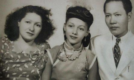 何秋蘭和母親、養父方標