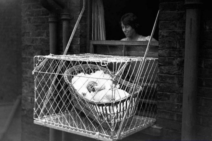 嬰兒懸空鐵籠,有多可怕?