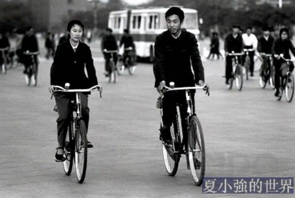 為什麼老一輩人騎自行車時,總扶著車子滑兩步起步再跨上車?