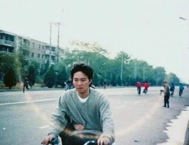 周星馳自行車后座上,藏了 26 年的姑娘……