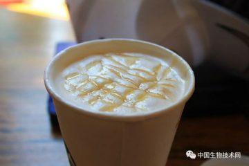 杯具了!滿滿一紙杯熱咖啡中,滿滿的塑料微粒…