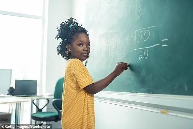 數學是種族歧視,「1+1」不能只等於2……美國新教師工作手冊規定,佈置作業是對少數族裔的傷害