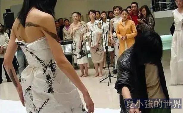 四川美院教授閉眼在女體上寫書法:是鬼畫符還是耍流氓?