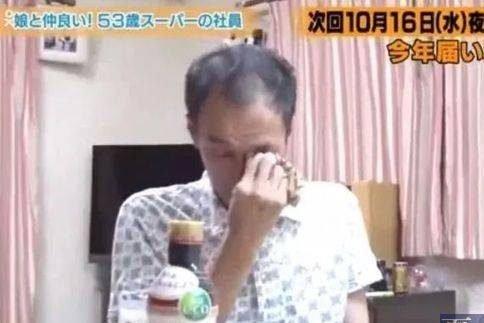 妻子患癌去世8年後,日本大叔和女兒竟然收到了她寄來的信