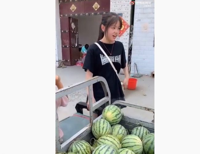 是擺拍還是真實?賣西瓜的女孩(視頻)