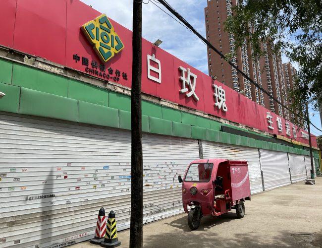 全城大圍捕,生鮮超市裡的亡命之徒:手拿砍骨刀殺顧客、搶車、傷人;逃亡33小時後……