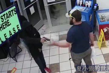劫匪持槍搶劫便利店,海軍陸戰隊員徒手奪槍,一拳打爆劫匪鼻樑骨